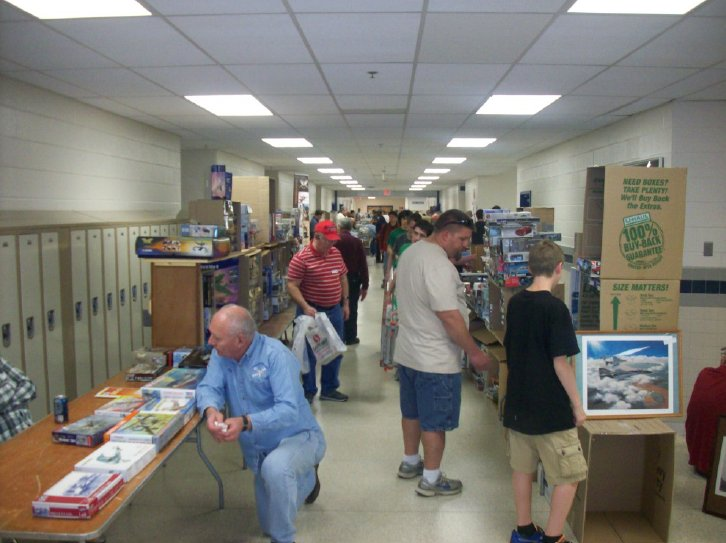 Outer hallway with more vendors (courtesy IPMS/Tidewater newsletter)